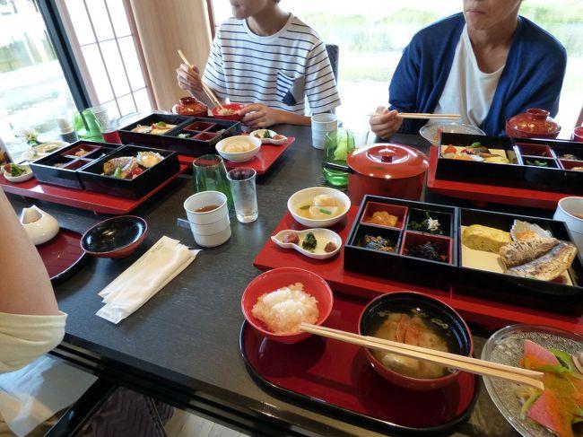 グランドエクシブ鳥羽別邸には和食と鉄板焼き・炭火焼きの2か所のレストランのみでラウンジのコンチネンタルは無く、朝食は日本料理 鳥羽別邸 華暦のみで選択の余地はありません。 <br /><br />なので、和食の朝食膳を頂きます。<br />
