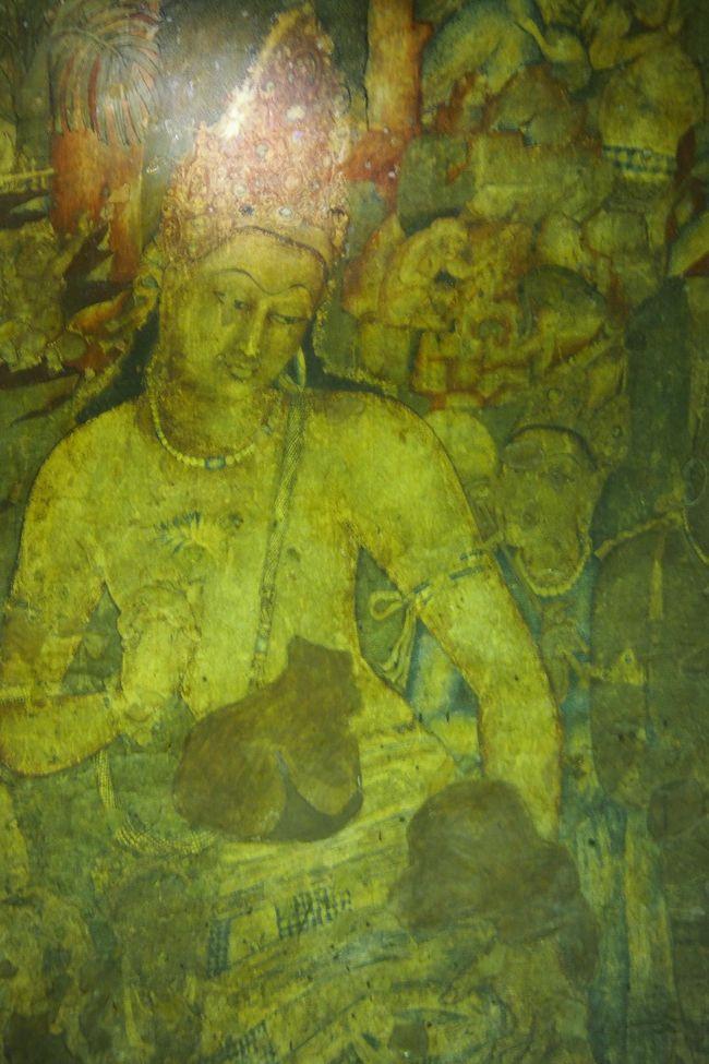 『インドとロシアは、個人旅行ではなく現地ガイドが案内する旅行会社の団体旅行で』との妻の強い申し出で、若い時からの憧れであったインド旅行は、旅行会社のツアーに乗ることになりました。<br /><br /> ツアー名は「インド世界遺産紀行8日間」。パンフレットの謳い文句は「インドが誇る7つの世界遺産へご案内! 北インドではデリー、アグラ、ベナレスの三大都市を満喫! さらに聖なるガンジス河ボートクルーズへもご案内! 西インドでは宗教芸術の宝庫インド2大石窟寺院と言われるアジャンタ石窟寺院、エローラ石窟寺院を訪れます」「デリーからオーランガバード・デリーからベナレス間は国内線フライトでらくらく移動!」「インド名物料理を含む計18回のお食事付!」。価格(2名一室)は169,800円(出発時により最高額199,800円まで)<br /><br /> ツアー参加者は夫婦2組、娘さんとその母親、中高年の男女それぞ1人の8名。最年少は29歳の娘さん、娘さんの母親を除けば60台なかば過ぎの高齢者、最高齢はお一人で参加の81歳のご婦人。<br /><br /> これまでの海外旅行のほとんどが個人旅行でしたので、ツアーに乗ることには少々抵抗感はありましたが、効率よく観光地巡りが出来また皆さん旅慣れた方たちで、お互い距離感を保ちつつの親しいお付き合いの中で、8日間の楽しい旅が出来ました。<br /><br /><br />