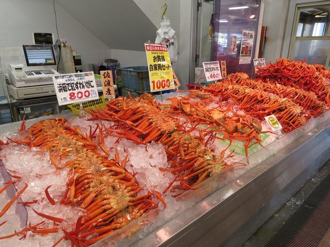 寺泊魚の市場通りについて<br /><br />長岡市寺泊地区には、通称「魚のアメ横」と呼ばれる海産物市場が軒を連ねています。地元寺泊港や出雲崎港に揚がる新鮮な魚介類が安く手に入るとあり、遠く県外からも多くの人が訪れます。買い物やランチ目当ての観光客で連日賑わいをみせています。<br /><br />福井県から西のズワイガニの漁期は、11月6日~翌年3月20日ですが、新潟県の解禁日は10月1日からで、訪れた10月27日には佐渡島産の紅ズワイガニが多数店頭に並んでいました。浜茹での紅ズワイガニは、安くて味も良くお買い得です。<br /><br /><br />良寛さんについて<br /><br />越後出雲崎に生まれ、詩人・歌人・書家としても知られる江戸時代後期の禅僧です。良寛自身、難しい説法を民衆に対しては行わず、自らの質素な生活を示す事や、簡単な言葉(格言)によって一般庶民に解り易く仏法を説きました。<br /><br />良寛は「子供の純真な心こそが誠の仏の心」と解釈し、子供達を愛し積極的に遊んだと云われています。また戒律の厳しい禅宗の僧侶でありながら般若湯(酒)を好み、良寛を慕う民と頻繁に杯を交わしたそうです。<br /><br /><br /><br />