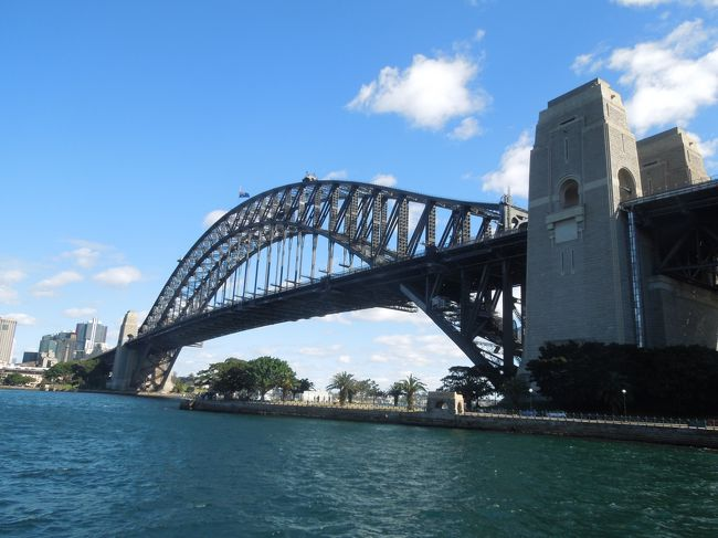 2017年の夏休みは、初めてのオーストラリア。JALのFOPを考えつつ、旅行も楽しめそうなオーストラリアをチョイス。sukecoは、どうしてもコアラを抱っこしたかったので、ゴールドコーストは即決!。でも、せっかくシドニー乗り継ぎだったので、またまた欲張ってシドニー観光もすることに。観光、グルメ、ショッピングと充実した日々を過ごし、オーストラリア人の優しさに触れ、大好きな国になって帰ってきました。今回は、「ハーバーブリッジを歩くぞ!編」です。<br /><br /><br /> <飛行機><br />    <br />    8月13日 JAL 成田~シドニー<br />    8月14日 カンタス航空 シドニー~ゴールドコースト<br />    8月17日 カンタス航空 ゴールドコースト~シドニー<br />    8月21日 JAL シドニー~成田<br /><br /> <br /> <宿泊先><br />    <br />    ・ゴールドコースト  「Watermark Hotel and Spa」<br /><br />    ・シドニー      「Four Seasons Hotel Sydney」<br />               「Rydges Sydney Airport Hotel」<br /><br /> <スケジュール><br /><br />    8月13日  移動<br /><br />    8月14日  シドニー乗り継ぎ、移動、ホテルチェックイン、ランチ「LATITUDE28」、夜の街散策<br /><br />    8月15日  「カランビン・ワイルドライフ・サンクチュアリー」、ランチ「Betty's Burgers」、ディナー「HUNGRY JACK'S」<br /><br />    8月16日  朝の散歩、ランチ「FOOD FANTASY」、街歩き、ディナー「Pancakes in Paradise」<br /><br />    8月17日  ホテルチェックアウト、移動、シドニー到着、ホテルチェックイン、サーキュラーキー散歩、ディナー「feast」<br /><br />    8月18日  「オペラハウス」ツアー、街歩き、「セントアンドリュース大聖堂」、「シドニー・タウンホール」、「セントメリーズ大聖堂」見学<br /><br />    8月19日  「ハーバーブリッジ」横断、「ルナパーク・シドニー」、