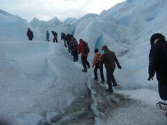 ペリト・モレノ氷河ミニトレッキングで氷河の感触を堪能。