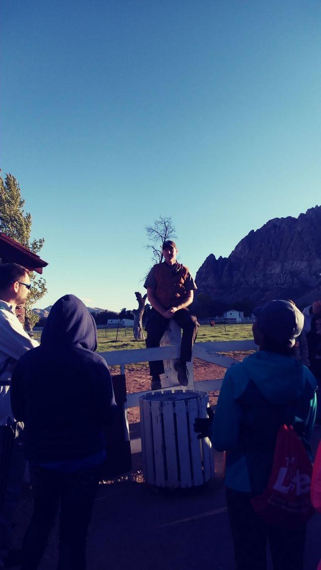 """レッドロックキャニオン国立公園内にある<br />https://4travel.jp/travelogue/11076615<br />""""州立公園""""スプリングマウンテン ランチ(牧場)に行ってきました。<br />@SpringMntRanch<br />レッドロックから少し奥に進むと 牧場入り口?が見えてきます。<br />ストリップからは20マイルほどです。<br /><br />ここで月に二回ほど 車一台分の入場料(9ドル)を払えば無料参加できる <br />""""NIGHT HIKE""""に姫と二人で行ってきました。<br /><br />姫が小学校低学年の時に一度参加したことがあり<br />今回 たまたま思い出して検索したところ 明日やるというではないですか!<br />しかも夜なので 休みの日は寝だめするティーンエイジャーの姫には<br />うってつけ!<br /><br />姫を連れて30分ほどの郊外ドライブです。<br />もっとも10月の週末はほぼ出かけているのですが 今回が一番の近場。<br /><br />では 大勢の参加者とともに出発!<br /><br />場所は レッドロックキャニオンから 少し進んだところです。<br />http://parks.nv.gov/parks/spring-mountain-ranch<br /><br />~~~~~~~~~~~~~~~~~~~~~~~~~~~~~<br />晩秋のNIGHT HIKE参加に興味がある方へ<br /><br />次回のNIGHT HIKEは17日土曜日午後4時半からの予定です。<br />http://parks.nv.gov/events/ranger-guided-night-hike-6<br /><br />と~っても風も強いし寒いです。<br />もし レンタカーを借りていて 時間があるので参加してみようという方は<br />暖かい恰好で お出かけください。<br /><br />2マイル2時間ほどのアップダウンはきつくないハイキングですが <br />ごつごつの岩やサラサラの砂が殆どのハイキングコースです。<br />しっかりとした靴を履いて行くことを強くお勧めします。<br />あと ペットボトルのお水も必要かもしれません。<br />私たちは忘れましたが。。。<br /><br />コースの脇に飛び出るように サボテンが生えていて<br />危ないので コースから外れないように! とレンジャーの<br />説明がありました。<br /><br />懐中電灯は 今時スマホについているので スマホをお持ちの方は<br />それを使うといいと思います。<br />"""