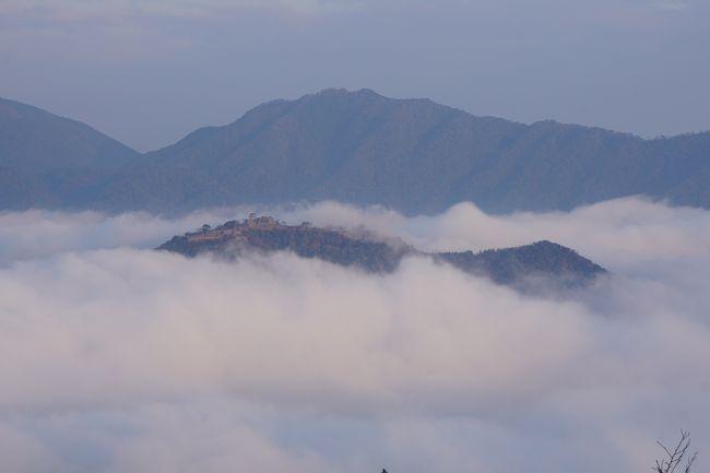 立雲峡は、雲海の竹田城を眺めるには絶好のスポット。雲海の関係で、夜明けとともに眺めるのですが、朝早くからマイカーでたくさんの観光客が押し寄せると聞いて、ホテルから乗り合いバスを利用して訪ねました。朝5時くらいでしたが、確かに車で大渋滞。乗り合いバスは優先して通してくれるので、一番奥の駐車場まですんなり行けましたが、マイカーで来た人たちはかなりふもとの方で車を止めないといけない人もたくさんいて、やっぱり乗り合いバスにしたのは正解です。<br />駐車場から展望所に登って行きますが、展望台は第一から第三まで。第二まではまあまあ近いですが、第二から第三はけっこう登ります。ただ、雲海は第二展望台くらいまでは覆ってしまうので、第三まで上った方が確実。この日も大雲海が発生していて、期待していたとおりのダイナミックな景色を眺めることができました。なお、雲海はどんどん変化するし、流れているのもよく分かります。