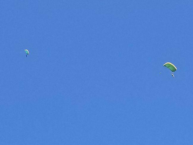 スカイダイビング目的で、グアム旅行に行きました。人生初スカイダイビング。<br />初めは、一番低い所から飛ぶ気持ちでしたが<br />どうせ飛ぶなら雲の上からと、断れず、思い切ってダイビング。<br />結果、飛ぶなら是非是非一番高いところから飛んでみてください。お勧めです。サイコーでした。
