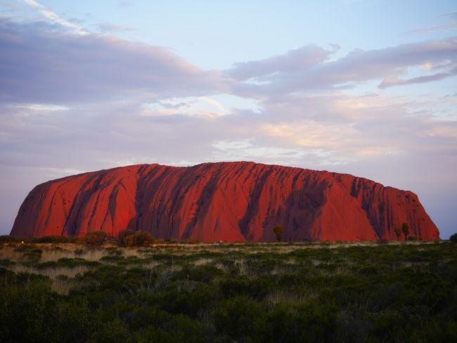 忙しい日々で荒んだ心(笑)を癒すため、<br />今年の休暇はオーストラリアの大自然へ!<br /><br />◇1日目&2日目◇<br />成田からシドニー経由エアーズロックまでの大移動。<br />休む間もなくカタジュタ散策、ウルルサンセットツアーに参加♪<br />予想気温は38度!<br />体力勝負な旅の始まりです(^-^;<br />