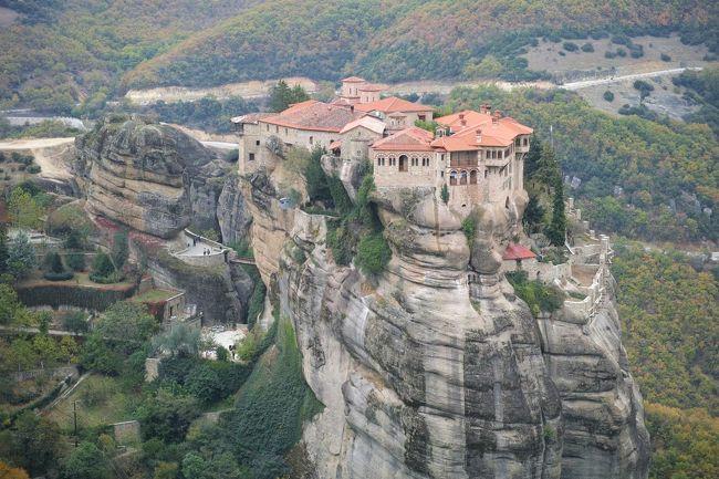 「ギリシャ随一のスポット」とか「メテオラ行かずしてギリシャは語れない」とか、とにかくギリシャを代表する観光地がこのメテオラ。実際に訪れた方々も「かなり印象深かった」とか「ここは是非訪れるべきスポット」と言うように訪問者からの評判も高く、楽しみにしていた場所だ。また、メテオラは世界遺産だが、修道院の歴史などの文化遺産だけでなく、巨岩を始めとした自然遺産でもあることから、絶景スポットとしても評価が高い。<br />ゆっくりと宿泊してとはいかへんかったけど、アテネからメテオラ最寄りのカランバカまで、毎日一往復だけある列車を利用して日帰りでメテオラを訪れてきました。