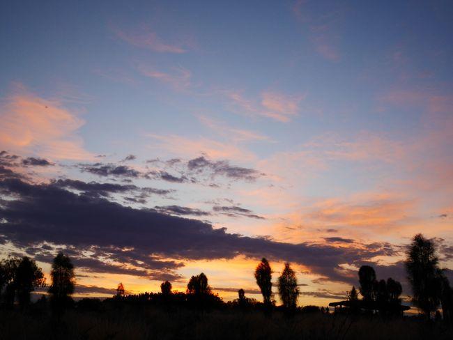 忙しい日々で荒んだ心(笑)を癒すため、<br />今年の休暇はオーストラリアの大自然へ!<br /><br />◇3日目◇<br />昨日に引き続きエアーズロックに滞在。<br />「ウルルを見たい!」という思いつきで決めた今回の旅。<br />そのメインイベントともいえる1日です!<br />ウルルに登頂できるの!?<br />