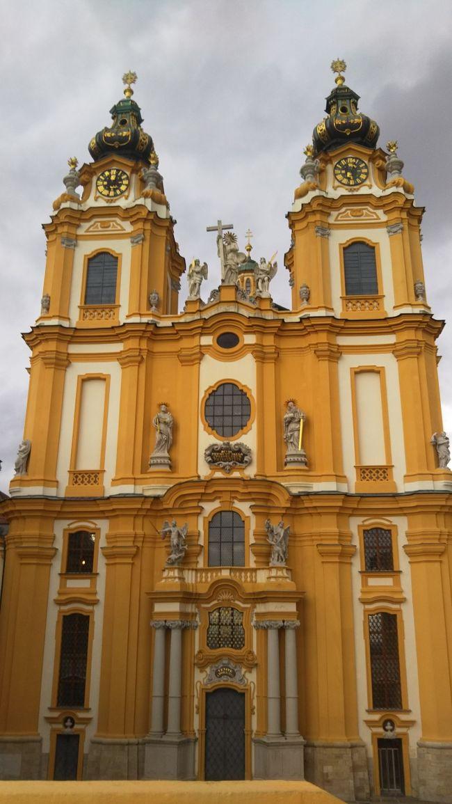 リハーサル(ヤマハホール)<br />午後メルク修道院<br /><br /> 2回目のコンサートは、大学のそばにあるボティーフ教会(Votivkirche)です。今日は、ヤマハホールでリハーサルでした。<br /> 『心の四季。水の命』のリハーサルを始めて見ました。指揮者の適切な指示に応えて、益々良くなってゆきます。あっという間の2時間でした。<br /><br /> メルク修道院(Stift Merk): <br /> 小高い丘の頂に建つ修道院。現時も、一部学校として使用しており、中学生か高校生くらいの子供達が居りました。<br /><br /> ここで昼食。ミートソースのペンネを食べました。<br /><br /> 修道院を巡る観光コースでした。オーストリアバロックの代表と言われる建築の壮麗さ、テラスからのドナウ川の眺めも素晴らしかった。。<br /><br /> メルクから戻り、駅のそばのちょっとしたカフェ?で夕食でした。私はハンバーガー、これが大きいんです。アメリカンサイズでした。<br /> 家内はコルドンブルー。4人がそれぞればらばらのメニュでした。個性的な4人です。<br /><br /> 夜は、その昔の遊び場であり、モーツアルトの父親が、モーツアルトが遊びに行っているのではないかと心配した、プラター公園です。<br /> ここには大きな観覧車があり、そのゴンドラは2mx3mもの広さがあります。一度に12人も乗れるので、乗車時には回転が止まります。<br /> 乗り場には キッチンがあって、テーブルをセットして食事ができるようになっていますので、予約をしておけばセットしてくれるようです。食事の時には何周もするんでしょうね。
