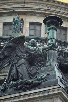 初冬のロシア旅(11)サンクト・ペテルブルグ観光は氷雨のイサク大聖堂と青銅の騎士像を見て宮殿広場でエルミタージュ美術館に対峙する。