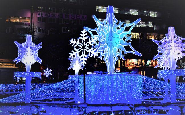 札幌の冬の風物詩、<br />ホワイトイルミネーションが<br />開幕しましたー。<br />第37回目となる今年は、<br />大通公園をメインに5会場に拡大、<br />約78万個のLEDの電球が<br />札幌の冬の夜空を彩ります。<br />・・・・・<br />普段、サツエキ(札幌駅)あたりを<br />主な生息地としている私ですが、<br />去年、通りがかりに見た大通公園の<br />ホワイトイルミネーションが<br />とってもキレイだったので、<br />今年はまじめに行ってみるー。<br />・・・・・<br />点灯式があった11/24の気温は、<br />マイナス2℃、すこし雪、風やや強し。<br />暖かくしてご覧ください。