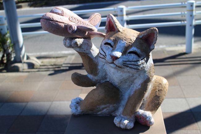 今回はセントレアからのフライトを前に常滑の街を歩く。<br />常滑・・・猫だらけになったにゃ~<br />やきもの散歩道を歩き、いろいろな陶彫が並ぶ商店街をさまよう。<br />セントレアでは展望デッキで飛行機を眺めて過ごす。最近、就航したエアアジアなどを見ながら・・・