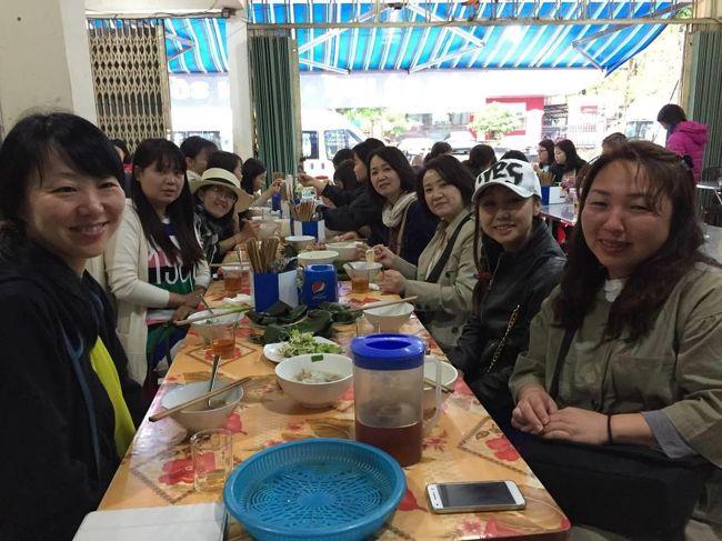 お客さんと料理教室の生徒さんで行く「グルメツアーを開催」今回は今ホットな話題のベトナム中部の町を巡りました。<br />二回目は、フエの朝からローカル料理を数軒回ってから観光を。最初はトウドゥック帝廟に向かいます。