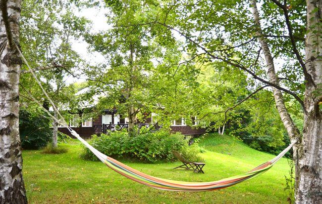 今回の3泊4日の旅では、2か所の宿に泊まりました。で、最初に2泊したのが、広大な敷地に建つ《Easy Living Terrace B&B》。その敷地に客室数はわずか4室というぜいたくさ。オーナーのマダムがおひとりで切り盛りされているようです。<br />館内はセンスのいい設えで、外には森が広がり、居ながらにして北海道の広さが感じられます。<br />そしてなんといっても、朝食が絶品! 毎日メニューが変わり、品数豊富で野菜もたっぷり♪ 初日の朝食に感激して、次の日の朝食が待ち遠しかった。<br /><br />★《Easy Living Terrace B&B》<br />http://www17.plala.or.jp/E-L-terrace/<br /><br />【旅程】<br />■8月16日 羽田⇒帯広<br />       レンタカー・ピックアップ<br />      (午前)紫竹ガーデン (午後)十勝ヒルズ<br />       音更町(Easy Living Terrace B&B)泊<br />■8月17日 十勝牧場の白樺並木&十勝牧場展望台<br />       然別湖カヌー・ツアー<br />       音更町(Easy Living Terrace B&B)泊<br />■8月18日 大森カントリーガーデン<br />       十勝川温泉(三余庵)泊<br />□8月19日 十勝千年の森&セグウェイ・ツアー<br />       レンタカー返却<br />       帯広⇒羽田