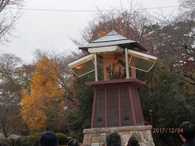 写真は171204-1426.岡崎公園 時計塔のからくり。見物人が多くて、見せてるよりも、見てる甲斐があるというもの。<br />豊橋へ04-4八丁蔵通りから1号線に出たら岡崎公園に向かう。東岡崎駅から歩いても近い距離。公園内の方が、広くてひろくて足を使うよね。