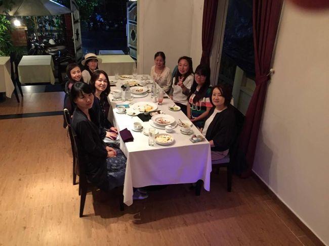 お客さんと料理教室の生徒さんで行く「グルメツアーを開催」今回は今ホットな話題のベトナム中部の町を巡りました。<br />四回目は、フエから車で移動。途中ハイヴァン峠に立ち寄った後、ホイアンのフレンチレストランの店に立ち寄りました。