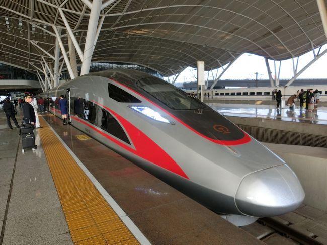 武漢駅から出張でたまたま乗った新幹線が復興号(CR400AF)だった。<br />この新幹線は中国オリジナル技術で製造されたもので、最高時速は350km。<br />スマートな外観もさることながら、静かで乗り心地も良く、まるで水の上を滑っているような走りだった。<br />現在北京ー上海、北京ー広州間の高速鉄道で運用されています。