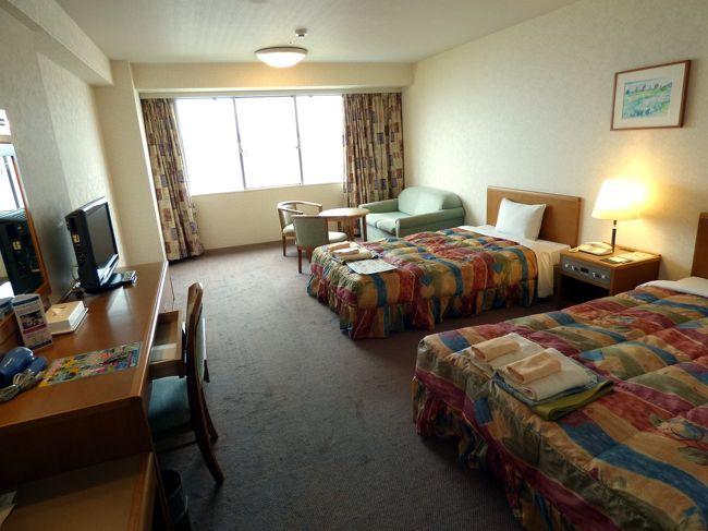 うどん・生そば はし杭の昼食後、この日から2泊する南紀串本ロイヤルホテルを訪ねます。<br /><br />南紀串本ロイヤルホテルは、本州最南端串本町の串本駅の近くの高台のサンナンタンランドに建つランドマーク的ホテルで、今回は法事のために、家族親戚7部屋を予約しました。<br />