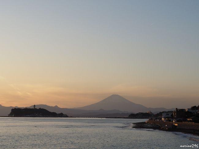 師走の晴れの日、富士山を眺めに江の島へ出掛けました。<br />風もなく穏やかな散歩日和でしたので、江の島から稲村ヶ崎まで富士山を眺めながら湘南海岸を歩きました。<br /><br />表紙の写真は、稲村ヶ崎から眺める夕暮れの富士山と江の島です。<br />