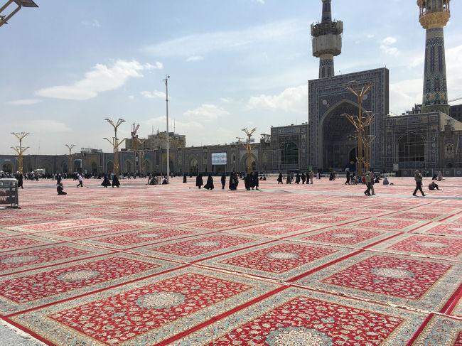 観光地シーラーズでいろんなポイントを巡った後は、飛行機で「マシャハド」へ移動。<br /><br />このマシャハドはイランのイスラム教「聖地」とされている場所。<br /><br />さて、そんな聖地はどんなところなのか?<br /><br />本家ホームページ<br />http://hornets.homeunix.org<br /><br />instagram<br />https://www.instagram.com/hornets_homeunix_org/<br /><br />twitter<br />https://twitter.com/hornets_ski_org<br /><br /><br />Day1 イスファハーンの観光スポットは「橋」?<br />http://4travel.jp/travelogue/11279790<br /><br />Day3 「世界の半分」と言われていたイスファハーンの広場は本当に「世界の半分」なのか?<br />http://4travel.jp/travelogue/11284673<br /><br />Day4 イランなのに「アルメニア人」について学んでみた!<br />http://4travel.jp/travelogue/11292235<br /><br />Day5 ヤズドの乾いた土地では果たしてどうやって水を確保するのかっ?<br />http://4travel.jp/travelogue/11296697<br /><br />Day6 ローカルバスで「ペルシャ」丸出しの世界遺産「ペルセポリス遺跡」に行ってみよう!<br />http://4travel.jp/travelogue/11301122<br /><br />Day7 シーラーズのフォトジェニックスポット「ピンクモスク」で知る「幻想的な写真」の理想と現実<br />http://4travel.jp/travelogue/11307707<br /><br />Day8 聖地マシャハドでイスラム教にどっぷり浸かってみた!<br />http://4travel.jp/travelogue/11311768<br /><br />Day9 【完結編】テヘランで知る「なぜイランはここまで世界で嫌われる?」その理由<br />http://4travel.jp/travelogue/11320758<br /><br />さて、ここでちょっとしたお知らせ。<br />現在、旅の情報をいろいろな方法でお伝えしたいと思っていて、その一つとして、まず、動画による旅行記の作成しよう!と手を染め始めました。<br />そんなこんなで、今回の旅行記とは関係ないのですが、手始めに先日行った青森の小旅行を動画にまとめてみました。<br />お時間があれば(お時間無くとも)是非一度ご覧ください!<br />https://www.youtube.com/watch?v=dXtk2tKL5zs<br /><br />https://www.youtube.com/watch?v=bMnKjsifdMc<br /><br />https://www.youtube.com/watch?v=e0pVI5aYXEo<br /><br />