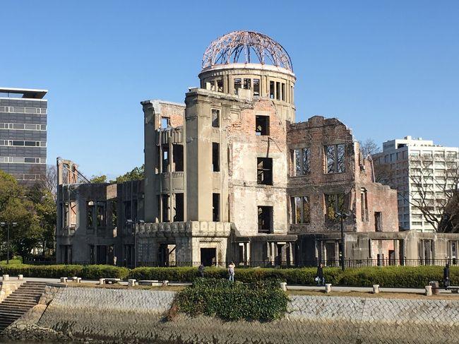 広島には観るべきものも多いがそれらの中から、世界遺産「原爆ドーム」と広島城に絞ってみた。<br />「世界遺産」と言ってもさまざまである。最も小規模な世界遺産の一つが原爆ドーム。もちろん、その価値は、大きさに依存するものでない。この原爆ドームをいろいろな角度から見てみた。<br />広島城は、木造で再建された二の丸を中心に。<br />