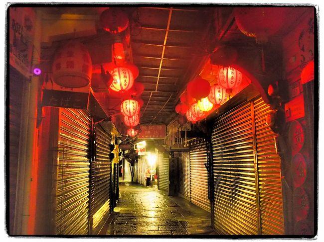 台湾のガイドブックには必ず載っている九份<br /><br />初めての台湾なら絶対に行ってみたい<br /><br />旅行記を見ると夜の九份はかなりの混雑の様子<br /><br />それなら九份に泊まっちゃおう!<br /><br />日本人観光客も多いらしいし、民宿を探すのに坂を上ったり下ったりするのは大変だな。。。<br />ということで事前に日本から予約をしていきました。<br /><br />メインロードにも近く、民宿のおじちゃんもとても丁寧でここにして良かったです。<br /><br />