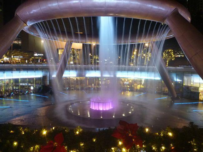 主人の出張のに便乗して、シンガポールとクアラルンプールに行ってきました。月曜日羽田出発で、水曜日は移動、金曜日はクアラルンプールから帰国と、現地で行動できるのは、ほぼ1日ずつしかありません。<br /><br />いつものように、チケットを購入して、ホテルを手配して行きます。が、観光は一人でするので、調べていくのですが、どこまで一人で出来るかな??<br /><br />羽田からシンガポールまでと、ホテルに到着して夕食を食べた1日目です。<br />