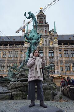 ドイツ・ベルギー・オランダ3か国のクリスマスマーケット巡り(10)アントワープの町をさまよい歩き、姪にクリスマスプレゼントを買おうと思ったら妻が洋服を抱えてレジにやってきた。