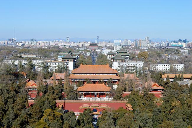 中国・ハルビンと言えば、<br />毎年12月末から2月にかけて開かれる<br />大規模な氷祭り「氷雪大世界」が有名になってきました。<br />そこで今年2月、航空券も安かったので、<br />関空から北京経由で航空券をゲット。<br />しかし予約時期に仕事が入って行けなくなり、<br />航空券をそのまま留保していました。<br /><br />そして差額も少なかった11月の飛び石連休を利用して渡航を決行!<br />冬の始まりとはいえ、マイナス20度が迫るハルビンを訪ねました。<br /><br />町並みは美しいところもありましたが、<br />観光的には見どころが少ない街。<br />飛行機のスケジュールトラブルなんかもあって、<br />やっぱりもう少し待って、<br />氷雪大世界の開催時期に訪ねたほうが良かったかなと、<br />少し後悔しながら旅をした4日間です。<br /><br />第1日 大阪・関西空港→北京首都国際空港→ハルビン太平国際空港<br />第2日 終日:ハルビン市内観光<br />第3日 午前:ハルビン市内観光<br />    午後:ハルビン太平国際空港→北京首都国際空港<br />第4日 午前:北京市内観光<br />    午後:北京首都国際空港→大阪・関西国際空港<br /><br />その1 https://4travel.jp/travelogue/11308256<br />その2 https://4travel.jp/travelogue/11310828<br />その3 https://4travel.jp/travelogue/11313966<br />その4 https://4travel.jp/travelogue/11315511<br /><br />初冬の中国旅最終日、<br />晴天に誘われて北京を街ぶらしてから帰国です!