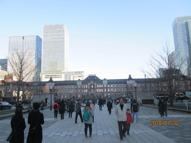 東京駅丸の内駅前広場は、平成26年から建設局と東日本旅客鉄道株式会社が連携して整備を進め、平成29年(2017年)12月7日(木曜日)、整備工事が完了し、供用が開始されました。東京駅は大きすぎて広角レンズを使わないと入り切れません。周りの高層ビルから撮るか、今流行りのドローンでも使って撮影したらどうでしょう。駅前広場整備工事で2つの換気塔が無くなり見通しが良く成りました。2020年東京オリンピックを開催時の東京いや日本の玄関口として、首都にふさわしい都市景観の形成などを目標としています。<br />2012年10月の復元東京駅は下記をご覧ください。<br />https://4travel.jp/travelogue/10718059<br />