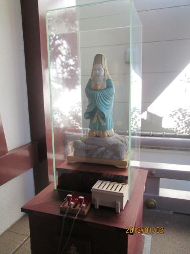 毎年新春に七福神巡りをお詣りしていますが、有名な所は廻りましたので新しい小石川七福神を巡りました。東京ドーム内の建物の屋上から始まるユニークな七福神巡りです。色紙やスタンプは東京ドーム総合案内所で売ってます。手書きはありません自分でスタンプをおします(無料)他は300円。巡路には七福神の幟が一枚もありません、この地域には地図や住所表記が少なくスマホのナビが必需品です。小石川七福神は、茗荷谷町会長や地元の旧家が発起人となって、平成七年(1995)にできた東京メトロ丸の内線の「茗荷谷駅」から「後楽園駅」周辺にある寺社と東京ドームなど八ヵ所を巡るものです。<br />