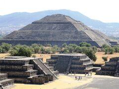 テオティワカンで太陽のピラミッドと月のピラミッドに登壇