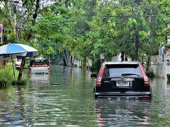 バンコク(裏) 水の民バンコキアンの憂鬱 洪水の路地を超えて「AU BON PAIN」で素敵な朝食を オッサンネコの徒然記
