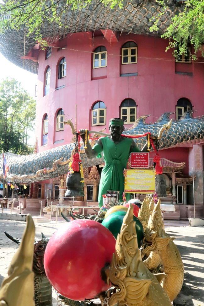 今日はいよいよ待望のバンコク郊外のショートトリップに出かけます。元バンコク駐在経験のKさんが、現地の旅行会社に手配してくれて、チャーターしたワゴン車で行きます。<br /><br />先ずは見た瞬間あっと驚く寺、龍が寺の建物をぐるぐる巻きにしているのです。他にも巨大な動物の置物が境内の敷地に点在。<br />何とも不思議なお寺でした。<br /><br />次にタイ王室の保護を受ける重要な仏教寺院や陶磁器の工房など見学して、<br />天を翔ける黒竜のように数え切れないほどのコウモリが飛び立つ通称コウモリ寺 ワット カオチョンプランに行きました。<br /><br />