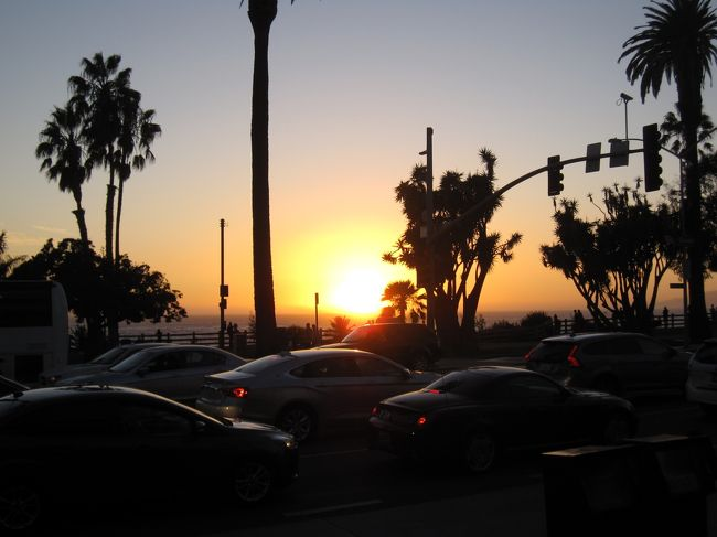 アメリカに住んでいる二男夫婦(特に3歳の孫が目当てですが)に会いにラスベガスとロスアンゼルスに1週間ばかり行ってきました。事前に見た「ららランド」の影響もあり、サンタモニカの印象が強烈でした。海岸から徒歩10分程度のホテルに泊まりましたので毎朝散歩に行きました。昔テレビドラマで見た「ルート66」の終着点がこの海岸だと知らなくて看板を見た時には感激しました。帰国前日にサンタモニカの夕日が見えるシーフードレストランで夕食をとりましたが、レストラン前からの夕日は素晴らしいものでした。充実した1週間を子供たちと過ごした充実感と、しばらく孫たちに会えない寂しさが入り混じった複雑な旅行でした。