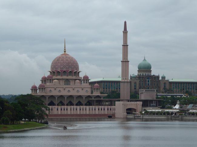 マレーシアとタイ、どちらも大好きな国なので、今回は欲張って一度に両方に行く航空券を早々に手配しました。<br />クアラルンプールで2泊、バンコクで3泊の日程です。<br />一人旅とはいえ、今回はずいぶん多くの方と話す機会がありました。<br />現地の方に人懐っこい笑顔で応えてもらったり、旅行中の方々に親切にしていただいたり…。<br />普段は割と仏頂面で歩いていることが多い僕ですが(笑)、今回の旅行では多くの方々と触れ合うことで、本当に楽しい時間を過ごすことができました!<br />クアラルンプールもバンコクも数回目の訪問なので、メジャーな観光地よりも、主に下町の散歩に時間を割きました。<br />かなり自己満足な旅行記に終始してしまうと思いますが、宜しければお付き合いのほどお願いいたします!<br /><br />フライトスケジュール<br />1月1日 新千歳→羽田 NH82 (当日空港でNH78に変更)<br />1月2日 羽田→クアラルンプール NH885<br />1月4日 クアラルンプール→バンコク OD520<br />1月7日 バンコク→羽田 NH848<br />1月7日 羽田→新千歳 NH79<br /><br />ホテル<br />クアラルンプール:ジャーナル ホテル<br />バンコク:ホテル クローバー アソーク