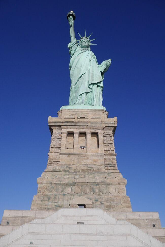 ありきたりのタイトル「初のニューヨーク! 自由の女神に上ってみました!!」ですが、本当にその通りなのです(笑)<br /> <br />2017年2月初め頃、以下のチケットを65000JLマイル+税(6850円+2970円)の特典(どちらもプレエコ)でゲット!<br />----------------------------------------------------------------------<br />12/26 NRT (JL0004 19:40)→→ 12/26 JFK (18:25)!<br /> 1/1  JFK (JL0005 12:50)→→  1/2  HND (17:10)!<br />----------------------------------------------------------------------<br />この間でカリブを周ってました. <br />  <br />旅のスタートは成田からニューヨークに行き、<br />そこからバハマやドミニカなどを周って、最後にバミューダから<br />----------------------------------------------------------------------<br />12/31 BDA  (DL1773 13:00)→→ 12/31 JFK (14:32)! <br />142.76 USD+2万スカイマイル(200USDを2万スカイマイルで払った)<br />----------------------------------------------------------------------<br />で帰ってきましたニューヨーク!!<br /><br />今回の冬旅でニューヨーク初上陸でした. 今までニューヨークの空港すら使ったことが無かったです. <br />別にニューヨークを避けていたわけではないんですが、、、訪れる機会が今まで無かったです(今まで さほど興味が無かったのは確かです^_^; )<br /><br />で, 旅の最後はニューヨークで年越しでした. <br />ちなみに, 最近の年越しは<br />----------------------------------------------------------------------<br />2013年→2014年 シンガポール!  2014年→2015年 リマ(の空港の中)! <br />2015年→2016年 バルセロナ!     2016年→2017年 ロンドン!<br />----------------------------------------------------------------------<br />で、2017年→2018年はニューヨークでした. <br />2018年→2019年の年越しはロンドンやニューヨークに匹敵する大都市 TOKYOで年越しかな!?(笑)  <br /><br />写真はもちろんニューヨークのシンボルです. <br />いちおう世界遺産でもあります(笑)<br />今回最大のミスはライト・アウターしか持ってきていなかったこと..<br />寒波到来中(ー10度)のニューヨークを滞在するにはかなり辛かった...(&gt;_&lt;)<br />