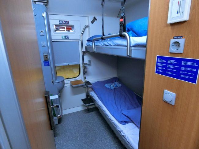 ロヴァニエミからヘルシンキへ寝台列車で約12時間の旅。<br />食堂車も有る。<br />2人で2段ベッドの部屋へ。<br />狭いがわりと快適であった。