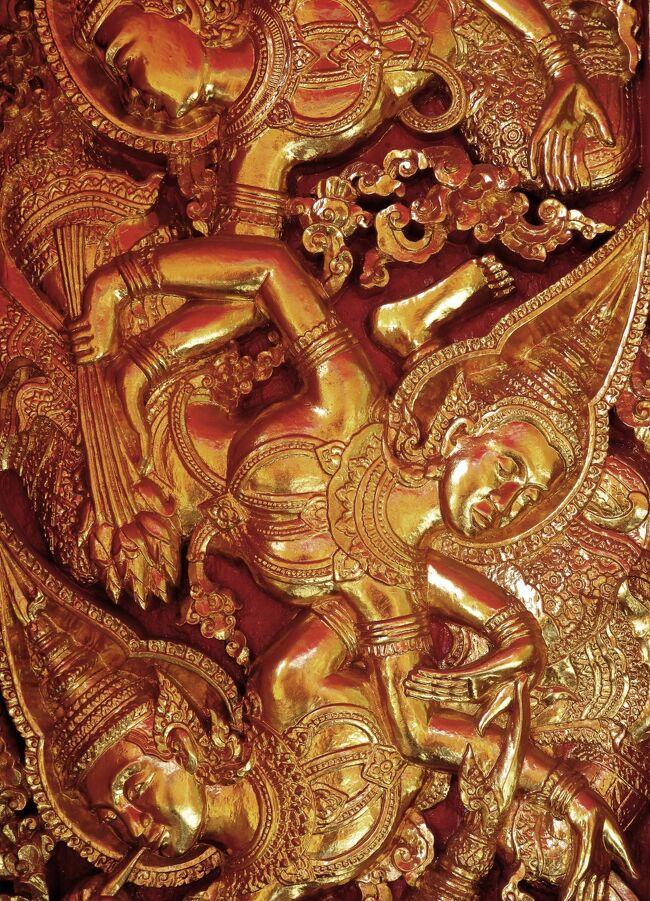 このお寺はル・シグネチャという高級フレンチレストランの近く。<br /><br />壁のレリーフがとても美しい。<br />蓮の蕾を手にした天使が空を舞っている、やうに見えます。<br />でも遠くなのではっきりはわかりませぬ。<br /><br />★Laos メコンの宝石 <br />ビエンチャンと世界遺産ルアンパバンあわせて20編のサイトマップ<br />https://4travel.jp/travelogue/11323050<br />