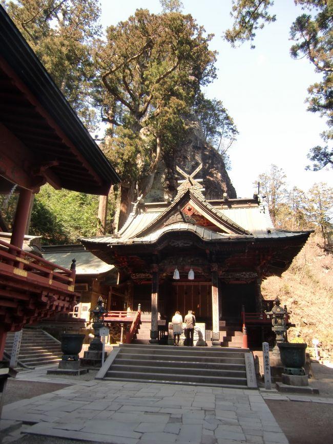 上野駅から特急草津に乗って渋川に向かいます。これに乗るために上野に泊まりました。水沢うどん昼食の後、天気も良いので榛名神社に行ってみるとこにしました。言わずと知れた「頭文字D」の聖地、ではなく重文修復として24億円だかの予算が組まれている榛名神社です。<br />前作「2017 有名温泉に行ってみたい!! 伊香保と草津に行くたび① その前に新勝寺に参ります 夜は根津で一杯。(中目黒駅でちっちゃい幸せを見つけました。)」はこちらです。<br />https://4travel.jp/travelogue/11322457<br />