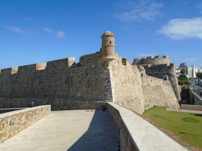 今回のスペインでの目的地マラガとジブラルタルを回ったので、アルへシラスから船でセウタに渡ります。セウタは北のジブラルタルと並ぶ南側のヘラクテスの柱として海峡を睨む王家の城壁といわれる要塞が印象的でした。セウタ港から歩いて王家の城壁へ。城壁を回った後向かいにあるバス停から路線バスで国境まで行き陸路の国境越えでモロッコ側に入境します。<br />モロッコ側にはバスがなかったのでタクシーで近隣の町ティトゥアンまで行きバスでシャウエンまで向かいます。<br /><br />旅程はターキッシュエアーで<br />11月17日~18日<br />TK0053 NRT21:15→IST04:05<br />TK1305 IST09:25→AGP12:05              マラガ泊<br />11月19日    マラガ観光               アルヘシラス泊<br />11月20日    ジブラルタル            アルヘシラス泊<br />11月21日    セウタからモロッコへ ティトアン経由シャウエン泊<br />11月22日    シャウエン観光              フェズ泊<br />11月23日    フェズ 観光                カサブランカ泊<br />11月24日    カサブランカ観光          午後に空港へ<br />TK0618 CAS14:25→IST 22:15<br />TK0052 IST02:10→NRT19:50モロッコにあるスペイン