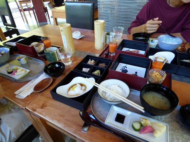 エクシブ京都八瀬離宮にはバイキング以外に、和食・洋食・中華・イタリアンと多彩なレストランが揃います。<br /><br />しかしながら残念なことに、朝食はバイキング以外は和食のみの営業で、中華はおろかアメリカンブレックファーストすらありません。<br /><br />なので選択の余地はなく、日本料理 華暦の朝食を頂きます。<br />
