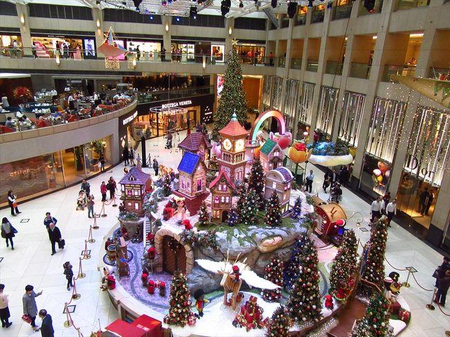 娘2か月半。<br />数日前に申請したパスポートを取りに<br />日本総領事館に行ってきました。<br /><br />パスポートを無事受け取り、<br />中環をぶらぶらお散歩。<br />置地廣場やHSBC本店ビルのクリスマス<br />デコレーションを見に行きました。<br />その後皇后像廣場でミルク休憩していたら<br />お掃除のおばちゃんに話しかけられ<br />30分ほど広東語の会話…<br />広東語の授業よりキツかったです(笑)<br /><br />その後、用事があったので黄埔へ。<br />お昼は麻婆豆腐を食べました。