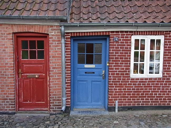 土日と夏休みを組み合わせ、8日間のデンマーク周遊旅行をしてきました。前半5日はオーフスから30kmほど郊外のHadsten(ハステン)在住のデンマーク人の友達を訪ね、一緒にいろいろ連れて行ってもらい、後半3日はコペンハーゲンを中心に1人で見て回りました。<br /><br />1日目 CPHカストロップ空港→〈鉄道〉→Hadsten 泊<br />2日目 Aarhus オーフス日帰り観光〈車〉<br />3日目 Skagen スケイン1泊旅行 〈車〉<br />4日目 Mors モース島経由 Hadsten帰宅〈車〉<br />5日目 Jelling イエリング経由 Ribe リーベ泊〈車〉<br />6日目 Odense オーデンセ、Roskilde ロスキレ経由 CPHコペンハーゲン泊〈鉄道〉<br />7日目 Kronborgクロンボー, CPH市内観光 CPH泊〈鉄道〉<br />8日目 CPH市内観光 午後 CPHカストロップ空港発<br />9日目 朝 日本着