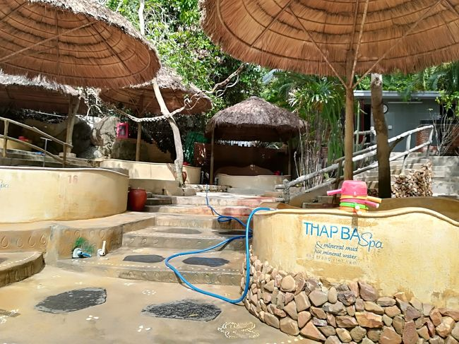 意外にもニャチャンには温泉があるんです。<br />しかも楽しい泥温泉が!<br />リゾートのメインエリアから車で15分位と行きやすく、温泉施設の中に子供も楽しめるプールもあるので家族連れにもオススメ。<br /><br />夜はローカルにも観光客にも大人気のアヒル鍋へ。<br />ここはローカルエリアですが、リゾートエリアから徒歩圏内(昨日の貝屋さんもすぐ近く)です。<br /><br />この2ヶ所も4月に訪れた所でニャチャンに行ったら外せないスポットですね。
