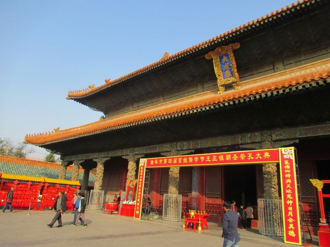 北京訪問の知人達と古北水鎮&amp;司馬台長城を訪れてきました。<br />合流する前に孔子様のふるさと曲阜に立ち寄りました。<br />旅したのは、「曲阜」の孔林、孔府、孔廟と「北京」の古北水鎮、司馬台長城と市内散策です。<br />初日は高鉄で上海から曲阜まで行き、曲府の孔林,周公廟,顔廟,孔府を散策しました。<br /><br />曲阜の二日目は孔廟です。<br /><br />行程<br />11/1 上海 → 曲阜東                 高鉄<br />    曲阜(孔林,周公廟,顔廟,孔府)  徒歩&amp;レンタサイクル<br />11/2 曲阜(孔廟)          徒歩<br />    曲阜東 → 北京南      高鉄<br />11/3 前門、中山公園、景山公園、北海公園、什刹海、鼓・鐘楼 <br />                   地下鉄・徒歩・レンタサイクル<br />11/4 古北水鎮&amp;司馬台長城     チャーターパス<br />11/5 日壇、地壇、天壇      地下鉄・徒歩・レンタサイクル<br />11/6 北京南→天津→上海     高鉄<br /><br />写真は孔廟の大成殿。