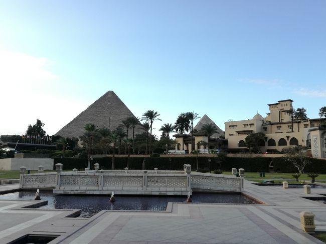 1月25日(木)ドバイからエジプトに移動しました。<br />航空会社はエジプト航空を利用したのでドバイ国際空港はターミナル1でした。エジプト航空もスターアライアンスメンバーなのでゴールド特典でラウンジを使用することができました。Ahlan Loungeなかなか良いラウンジでした。カイロ国際空港からギザにあるメナハウスホテルまではVELTRAの空港送迎サービスを利用しました。入国審査前のエリアに現地スタッフが待機しておりVISAの購入から入国手続きまでの非常にスムーズでした。あっという間に到着エリアに出ました。中高年の個人旅行者にはオススメです。<br />料金はギザのホテルまで専用車でUS$60でした。<br /><br />宿泊したメナハウスホテルは事前のイメージどおりでロケーションも素晴らしくホテルの部屋からもギザのピラミッドが目の前に見え壮観でした。敷地が広く建物もゆったりした造りの歴史あるホテルでしたが、宿泊した期間が冬でたまたま寒い時期だったため客室内やレストラン等の暖房があまりきかず寒い思いをしました。実際朝食時のレストランではダウンジャケットを着て食事をしたほどです。他の国から来ていた観光客も同様でした。ぜひ気候の良い時期に再訪したいと思いました。<br /><br />ピラミッド観光はホテルからピラミッドエリア入場のチケット売り場まで多少の上り坂ではありますが徒歩約10分ほどでした。途中乗馬の客引きなどがチケット売り場はこちらなどど声をかけてきますが騙されないようgoogleマップでしっかり確認しながら歩きました。現在入場料がEGP80からEGP120に値上がりしていました。ピラミッドの内部に入るのにはまた別料金が必要です。そしてピラミッドですが実物をまえにその雄大さにとても感動しました。ただピラミッドの周りは風がとても強く吹いており防寒対策をしていって正解でした。足元ではラクダや馬の糞にも注意が必要です。また当日は金曜日で現地のイスラム暦では休日(日曜)のためエジプトの家族づれも多く訪れていました。エジプトあるあるでよくあるように現地の若者や家族づれとのセルフィーを何度も頼まれ良い思い出になりました。残念だったのはスフィンクス前のKFCが休日のため営業しておらず屋上からの写真が撮れなかったことです。(笑)<br /><br />ドバイに引き続きエジプトのでもほとんどの移動にUberを利用しました。エジプトに行かれた方はご存知でしょうが、ギザやカイロ市内の道路を走っている一般の車両は整備状態に不安が残るほど車体がガタガタなのが多く利用にも心配がありましたが、こちらでもUberSELECTを利用して整備状態の良い車に乗ることができました。そしてなにより料金がとてもリーズナブルでした。ギザのメナハウスホテルからカイロのインターコンチネンタルカイロ セミラミスまでUberSELECTでEGP45.67(約291円)でした。この時の車種はヒュンダイのエラントラでした。<br />※クレジトカードの請求書で確認した金額に訂正してあります。<br /><br />この旅行記ではドバイからエジプトに向かうドバイ国際空港ターミナル1でのラウンジの様子とエジプト・カイロ到着からギザのホテル、ピラミッド見学、カイロへのホテル移動までの様子を記載しています。<br /><br /><旅程><br />1/23 成田→ドバイ  EK319 A380-800(ビジネスクラス)<br />1/25 ドバイ→カイロ MS902 B737-800(エコノミークラス)←ココ<br />1/28 カイロ→アブダビ EY654 A321-200(ビジネスクラス)<br />1/28 アブダビ→成田  EY878 B787-9(ビジネスクラス)<br /><ホテル><br />UAE・ドバイ:インターコンチネンタル ドバイ フェスティバルシティ<br />エジプト・ギザ:メナハウスホテル<br />エジプト・カイロ:インターコンチネンタル カイロ セミラミス<br />