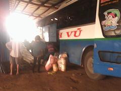 パクセー滞在。そしてラオスから、予定外のカンボジアを6時間で通過、ベトナムへ。カンボジア国境を越えたバスはラオスに逆戻り。密輸バス? 乗客はラオスに密入国状態。。。なんじゃこりゃぁ(-_-)/どこへ行くぅぅぅ。。。