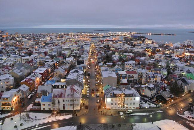 ホントは人が住んでるもっと北にある場所があるけど、ちゃんと街になっている世界最北の街だろうか。<br />アイスランドの首都レイキャビクの街歩きを今日はしてみます♪♪<br /><br />アイスランドでやりたい事、見たい事の4つの中で3つ目ですo(^-^o)<br />ちなみにヴァトナヨークトル氷河のスーパーブルー洞窟が1つ目(達成!!)、オーロラが2つ目(未達成(&gt;_&lt;))、でこれが3つ目♪<br /><br /><br />昔、小学生だったか中学生だった頃、地図帳で見た極北の都市。<br />世界で一番北にある首都、ずっと気になってたんですよね。<br />やっと来ることができました!!<br />感激中ヽ(゚∀゚ヽ)やったー<br /><br /><br />さてさて、旅の四日目です。<br />昨晩、オーロラツアーを申込んでみたものの、あえなく撃沈。<br />オーロラさんは3日続けて観られませんでした(TдT)<br />こんな遠くまで来て4回(4泊)もチャンスがありながら、観られないなんてあり得ないし( ;゚皿゚)ノシ<br />いや、実際観られてません…。<br />今晩が最後のチャンス(゚A゚;)ゴクリ<br /><br />それはそうと置いといて、レイキャビクの街歩きスタートです。<br />アイスランドへ来ていながら、今更ながらやっと首都のレイキャビクを見てみます。<br />昨日まではいきなり遠征してたもんだから。<br /><br />では三泊目にお世話になったフォスホテルリンドをチェックアウトして、まだ暗いレイキャビクへ繰り出します。<br />まずはレイキャビクで一番背が高いハットルグリムス教会へやって来ました♪<br />10時オープンなのですが、まだこの時間なら陽が昇ってないはず。<br />朝一でタワーに駆け上がれば、きっと良い景色が見られるに違いない、と期待して向かうも何故か10:00になっても開かない、どんどん白み始める夜空に焦る。<br />えっ!?<br />夜だけじゃなくて、朝も焦らすの?アイスランドは?<br /><br />待つこと10分遅れで開錠し、一番に駆け上がる(って言ってもエレベーター)。<br />どーーーーん(^∇^)<br />目の前に広がるキラキラの街並み!!<br />やったーー、やっぱり想像してた通り、朝一は正解でした(*^o^)/<br />これも極端に遅い夜明けの冬ならではのもの。<br />はあぁぁ、きれー(*´-`)<br /><br /><br />その後は、小さな首都だもんで全部歩いて回ります。<br />なんの警備もされていない首相官邸や、チョルトニン湖という池レベルの湖そばにある小さなレイキャビク市庁舎。<br />市庁舎はツアーもやってるみたいで、ガイド付の見学ができるようでした。<br /><br />その後もぶらぶら街歩き。<br />色々レストランもあるから、今晩の下見も兼ねて見てみる。<br />うっ!!<br />ヽ(;゚;Д;゚;; )ギャァァァ<br />高い…。<br />高いとこばかりや(冷や汗)<br />さすがアイスランド。<br />昨日のハンバーガー屋さんも4000円使わされたのもショッキングでしたが、今日の晩飯も困難が予想される。あぁぁ<br /><br />って、とぼとぼ歩いていると。<br />あっ(゜O゜;!<br />これはあの人気のホットドッグ屋だ!!<br />バイヤリンスベストゥピルスルっていう、クリントン元大統領も食べたというあれ。<br />どれどれ私も食べてみよう♪♪<br />ISK420(JAN2017)っていう、アイスランドでは非常に魅力的な金額なのもあるけど、単純に美味しい( ´∀`)<br />カリカリのフライドオニオンと大きめソーセージに、オリジナルのデミグラスソースがかかってて、口いっぱいに頬張る♪♪<br />(でもよく考えるとホットドッグ一個@420円も結構高いが…)<br /><br />気を良くしたてつやんは、海沿いにある異様な建物を発見。<br />ハルパと呼ばれる新しいライブ会場やホール、展示会場でもあり、映画館も飲食店もショップもビジターセンターも入ってる複合施設。<br />それよりも建物の形状がなにより芸術的なの。<br />実際は後述の写真をご覧下され。<br /><br />昨日まで訪れてたレイニスファラの柱状節理という六角形の石の変わった地層をモチーフにしてるらしいが、とにかく凄い。<br />ガラスの芸術的建築♪♪<br /><br /><br />で、最後はレイキャビク国立美術館へ。<br />ここにはホントはピカソの作品が展示されているは