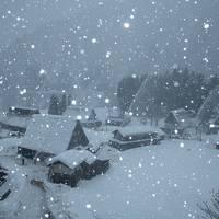 雪中の合掌集落と雨晴海岸の夜明け