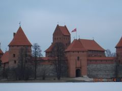 2018年~氷の湖の中に建つ真っ赤なトラカイ城